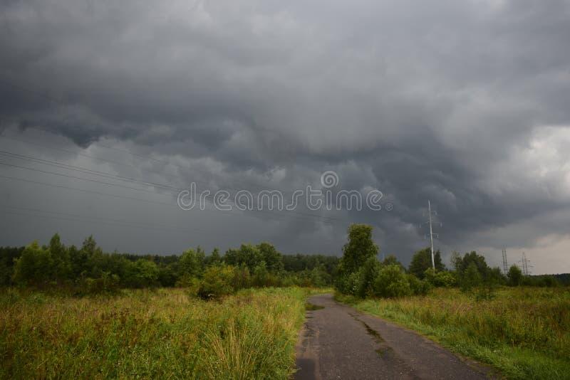 Η θερινή θύελλα βροχής καλύπτει το σκοτεινό ουρανό είναι ένα φυσικό στοιχείο στον ουρανό στοκ φωτογραφία με δικαίωμα ελεύθερης χρήσης