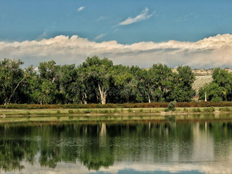 Η θερινή θύελλα πλησιάζει τη λίμνη αλιείας στοκ εικόνες με δικαίωμα ελεύθερης χρήσης