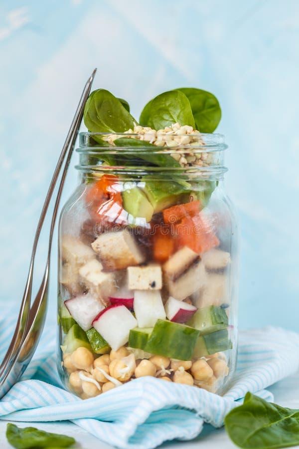 Η θερμή vegan tofu σαλάτα γλυκών πατατών σε ένα βάζο, τσιμπά take-$l*away Tof στοκ φωτογραφία