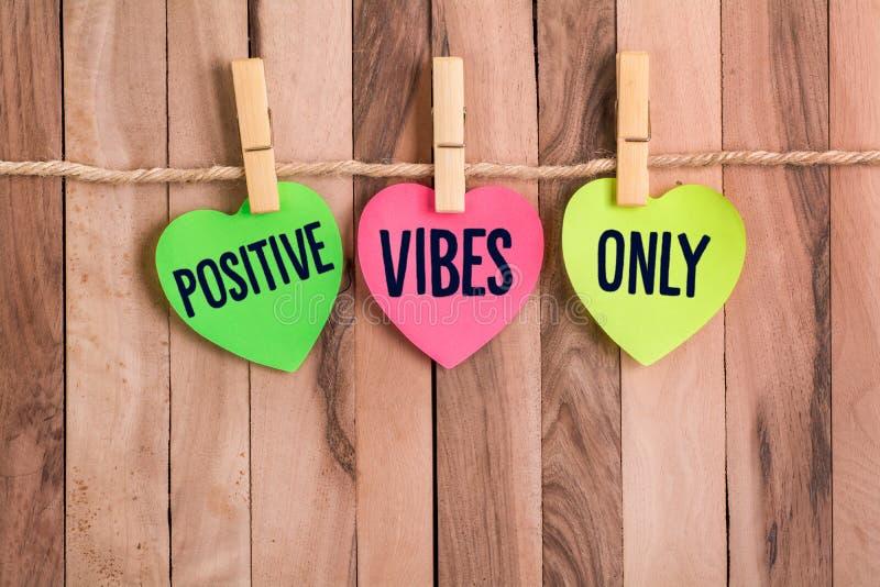 Η θετική καρδιά vibes μόνο διαμόρφωσε τη σημείωση στοκ εικόνες με δικαίωμα ελεύθερης χρήσης