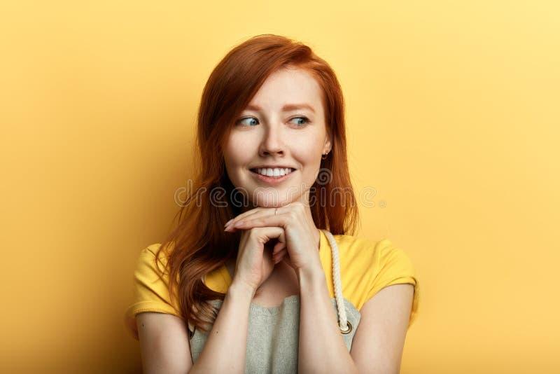 Η θετική τρομερή νέα γυναίκα στην ποδιά πέφτει ερωτευμένη στοκ εικόνες