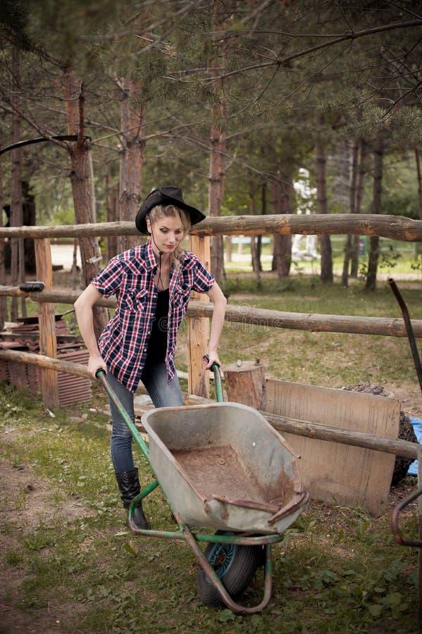 Η θηλυκή Farmer που φορά το καπέλο κάουμποϋ στοκ φωτογραφία με δικαίωμα ελεύθερης χρήσης