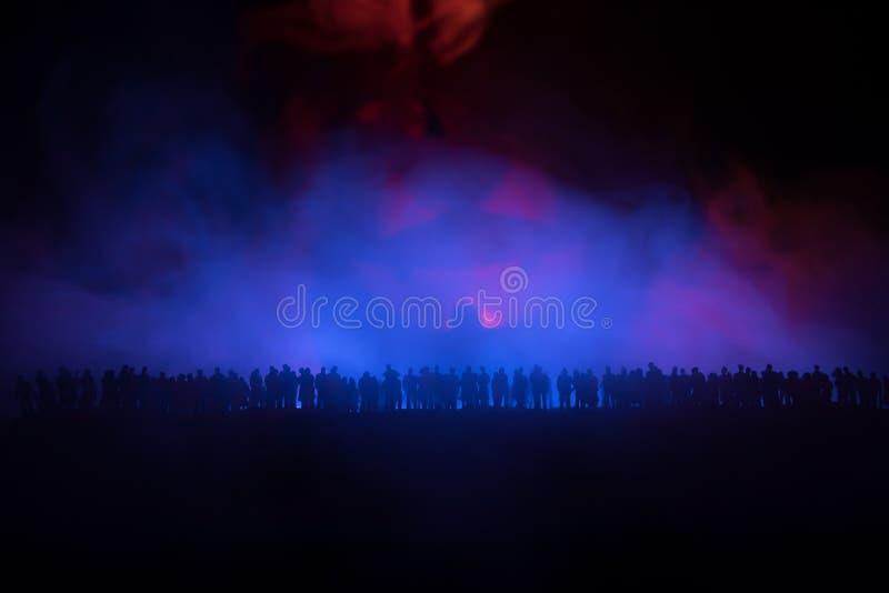 Η θολωμένη σκιαγραφία του γιγαντιαίου τέρατος προετοιμάζει το πλήθος επίθεσης κατά τη διάρκεια της νύχτας Εκλεκτική εστίαση στοκ φωτογραφία με δικαίωμα ελεύθερης χρήσης