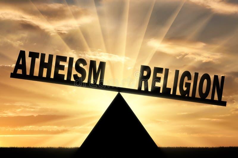 Η θρησκεία λέξης είναι ισχυρότερη από τον αθεϊσμό λέξης στις κλίμακες στοκ εικόνες με δικαίωμα ελεύθερης χρήσης