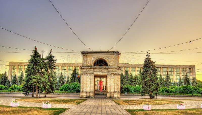 Η θριαμβευτική αψίδα και το κυβερνητικό κτήριο σε Chisinau - μορ. στοκ εικόνα