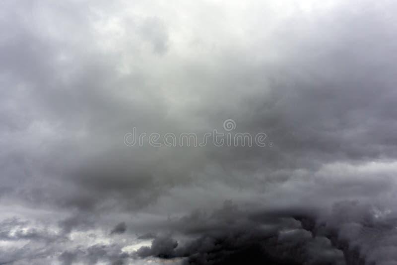 Η θυελλώδης βροχή καλύπτει το υπόβαθρο Σκοτεινός ουρανός Δραματική ευμετάβλητη θύελλα βροντής Υπόβαθρο καιρικού περιβάλλοντος κλι στοκ φωτογραφίες