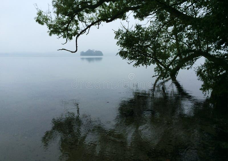 Η διάθεση φθινοπώρου μια βροχερή ημέρα στο μεγάλο η λίμνη στοκ εικόνες