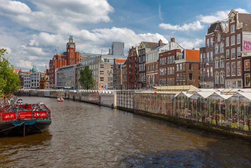Η διάσημη να επιπλεύσει αγορά Bloemenmarkt λουλουδιών στο Άμστερνταμ, Ho στοκ εικόνες