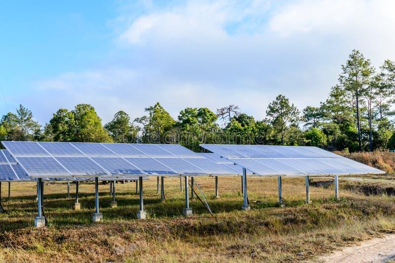 Ηλιακά κύτταρα για την ανανεώσιμη ηλιακή ενέργεια με τον ήλιο στοκ φωτογραφίες με δικαίωμα ελεύθερης χρήσης
