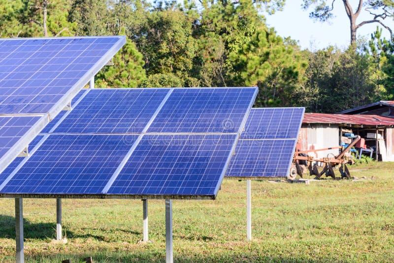 Ηλιακά κύτταρα για την ανανεώσιμη ηλιακή ενέργεια με τον ήλιο στοκ φωτογραφία με δικαίωμα ελεύθερης χρήσης