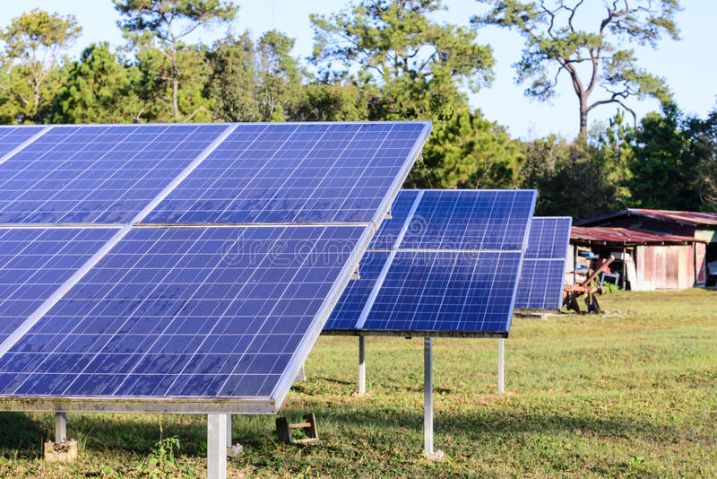 Ηλιακά κύτταρα για την ανανεώσιμη ηλιακή ενέργεια με τον ήλιο στοκ εικόνες