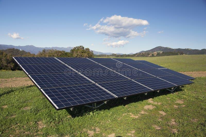 Ηλιακά πλαίσια και πράσινη χλόη, δρύινη άποψη, Καλιφόρνια, ΗΠΑ στοκ εικόνα