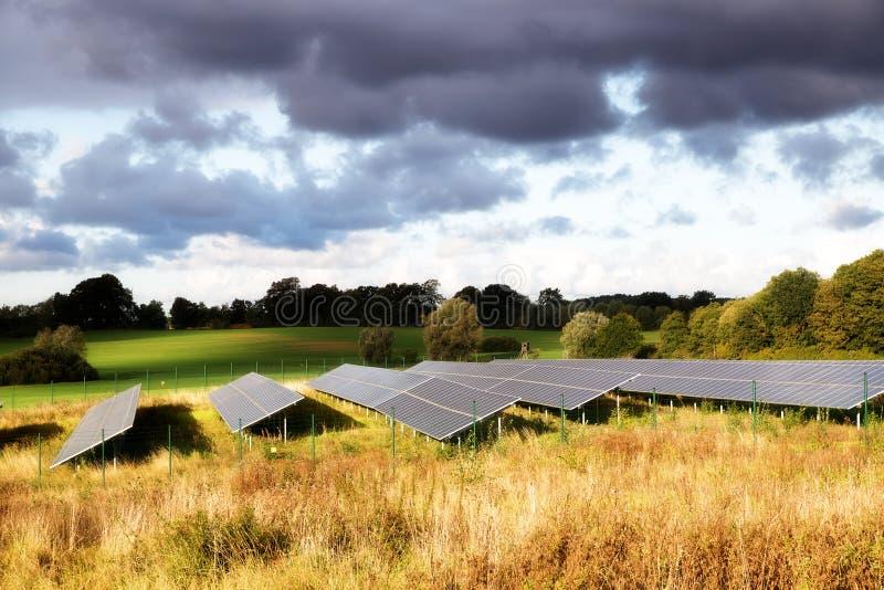 Ηλιακά πλαίσια σε έναν τομέα σε ένα αγροτικό τοπίο φθινοπώρου στο θερμό στοκ εικόνα