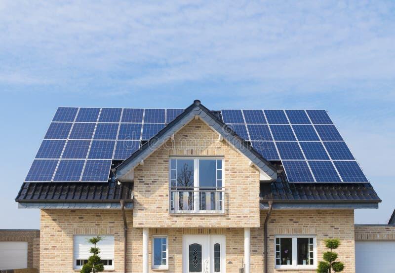 Ηλιακά πλαίσια στη στέγη στοκ εικόνα με δικαίωμα ελεύθερης χρήσης