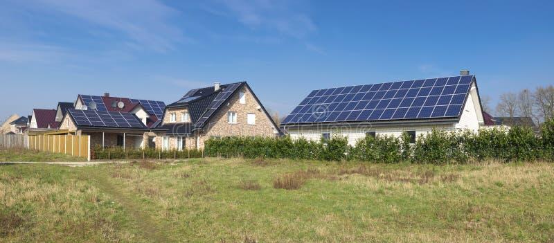 Ηλιακά πλαίσια στη στέγη στοκ εικόνα