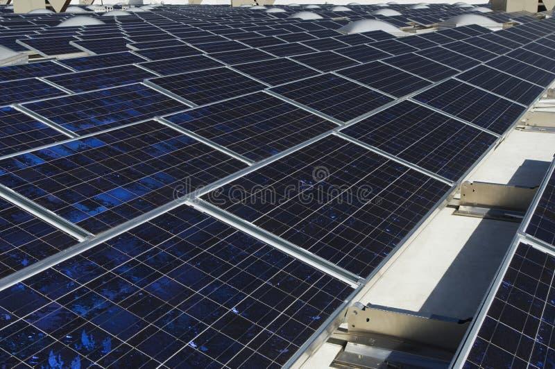 Ηλιακά πλαίσια στις εγκαταστάσεις ηλιακής ενέργειας στοκ εικόνες