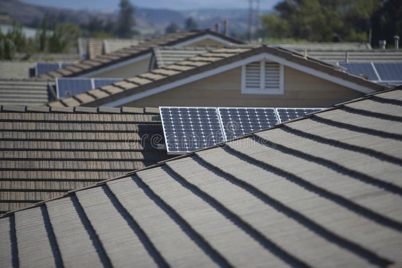 Ηλιακά πλαίσια στις στέγες στοκ φωτογραφίες