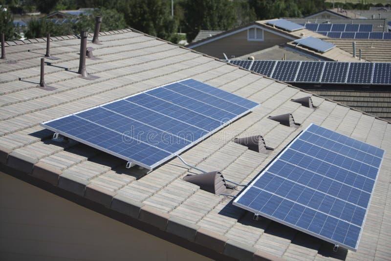 Ηλιακά πλαίσια στις στέγες στοκ εικόνες