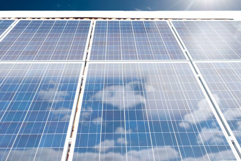 Ηλιακές (φωτοβολταϊκές) επιτροπές σε μια στέγη σπιτιών στοκ φωτογραφίες