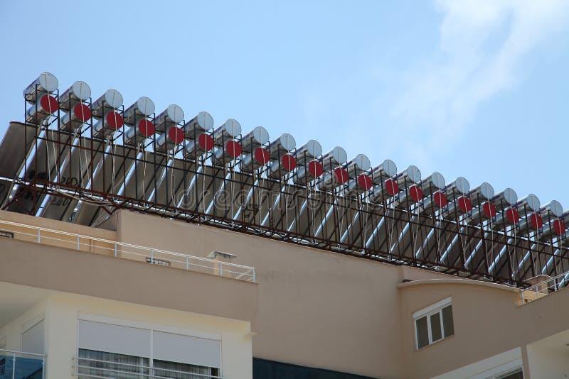 Ηλιακοί θερμοσίφωνες στη στέγη στοκ εικόνα με δικαίωμα ελεύθερης χρήσης