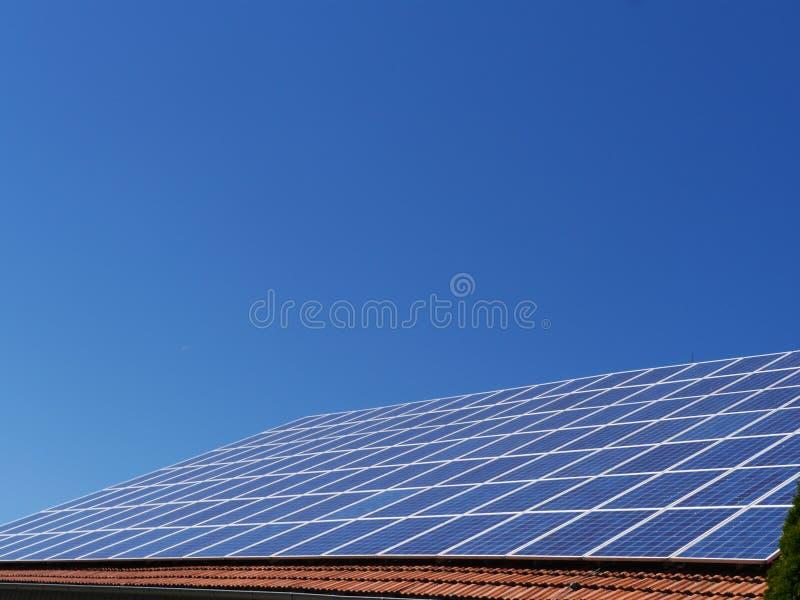 Ηλιακοί πίνακες σε ένα σπίτι στοκ εικόνα με δικαίωμα ελεύθερης χρήσης