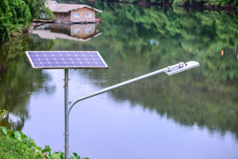 Ηλιακό κύτταρο για την ηλεκτρική ενέργεια στο εθνικό πάρκο στο δάσος στοκ φωτογραφία