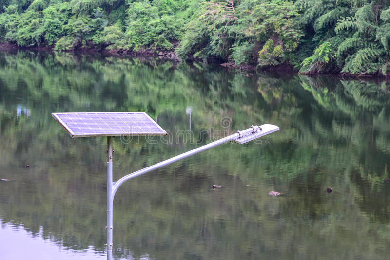 Ηλιακό κύτταρο για την ηλεκτρική ενέργεια στο εθνικό πάρκο στο δάσος στοκ εικόνα