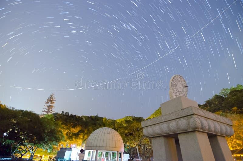 Ηλιακό ρολόι, ίχνος αεροπλάνων και ίχνος αστεριών στοκ εικόνες