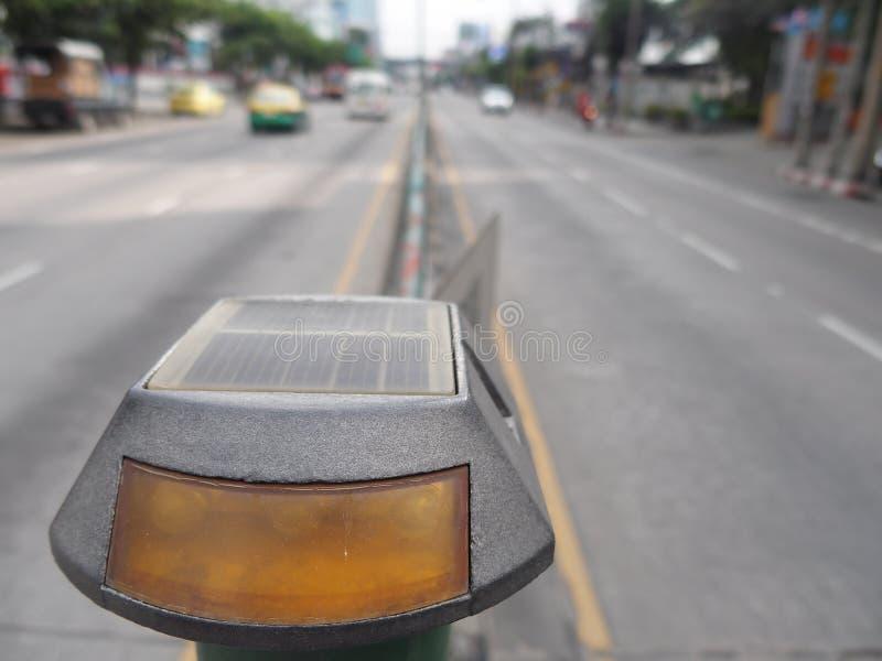 ηλιακό τροφοδοτημένο οδηγημένο φως σημάτων κυκλοφορίας άγρυπνο στοκ εικόνες με δικαίωμα ελεύθερης χρήσης