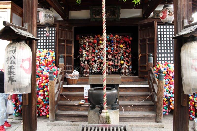 Η ιαπωνική λάρνακα στο Κιότο Εξοπλισμένος από τα φανάρια, προσευχές μαξιλαριών στοκ φωτογραφία με δικαίωμα ελεύθερης χρήσης