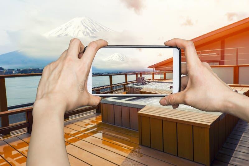 Η ιαπωνική υπαίθρια καυτή SPA με την άποψη του βουνού Φούτζι στοκ φωτογραφία