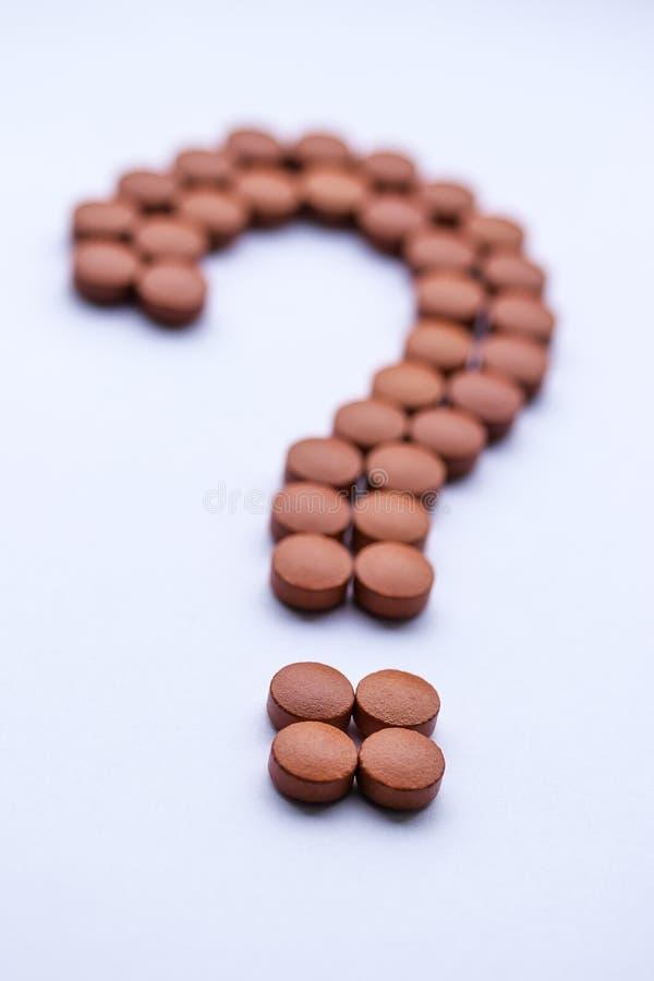 Η ιατρική βιταμινών παίρνει dally το κόκκινο ερωτηματικό χαπιών ασθενειών κινδύνου για την υγεία στοκ φωτογραφίες με δικαίωμα ελεύθερης χρήσης