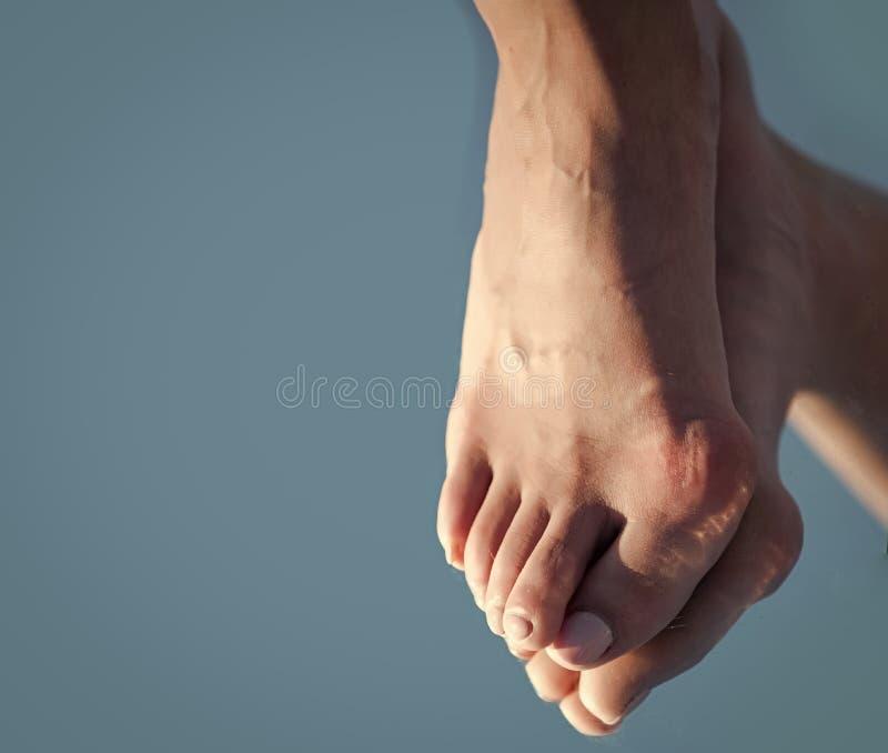 Η ιατρική και η υγεία, χαλαρώνουν και κούραση, ηλικία και toe κόκκαλων εξέλιξης με τα πόδια που απεικονίζουν στον καθρέφτη στο μπ στοκ φωτογραφία