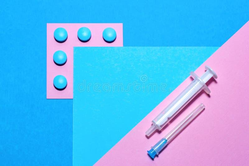 Η ιατρική ουσία και το minimalistic επίπεδο χαπιών βάζουν με το διάστημα αντιγράφων σε ένα υπόβαθρο εγγράφου του μπλε και του ροζ στοκ εικόνες με δικαίωμα ελεύθερης χρήσης