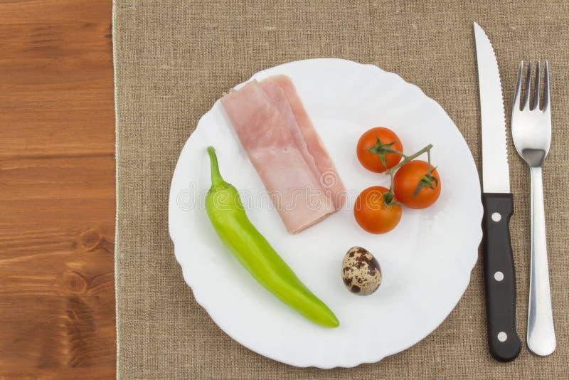 Η διατροφή για την απώλεια βάρους τρόφιμα υγιή Πρόγευμα για τους αθλητές Ζαμπόν, ντομάτες, πιπέρι και αυγά ορτυκιών στοκ εικόνες
