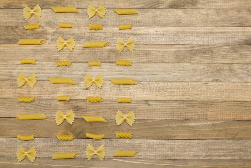 Η διαφορετική διαταγή σκακιού ζυμαρικών μορφής βάζει στο ξύλο στοκ εικόνες