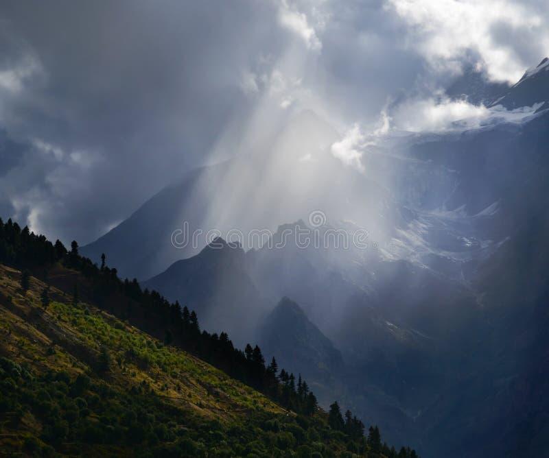 Ηλιαχτίδα στα βουνά στοκ εικόνες