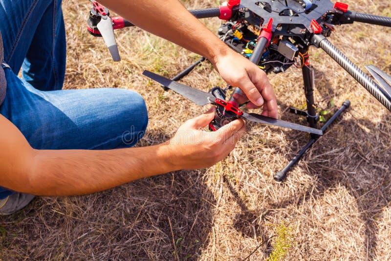 Η διαδικασία της καθιέρωσης ένα copter πριν από την πτήση στοκ εικόνα
