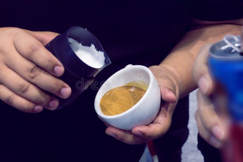 Η διαδικασία τον καφέ στοκ φωτογραφία