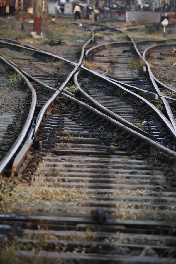 Η διαδρομή σιδηροδρόμων που συγχωνεύει, σύνολο σημείων στη διαδρομή τραίνων σιδηροδρόμων στοκ φωτογραφία
