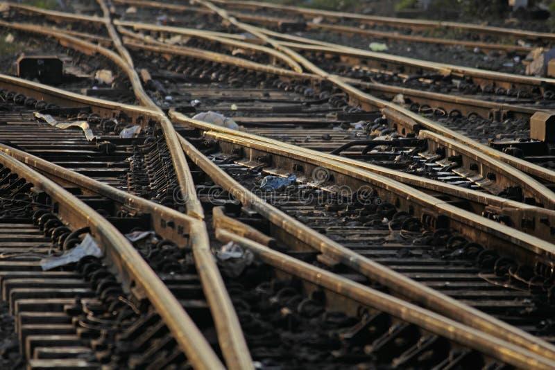 Η διαδρομή σιδηροδρόμων που συγχωνεύει, σύνολο σημείων στη διαδρομή τραίνων σιδηροδρόμων στοκ φωτογραφία με δικαίωμα ελεύθερης χρήσης