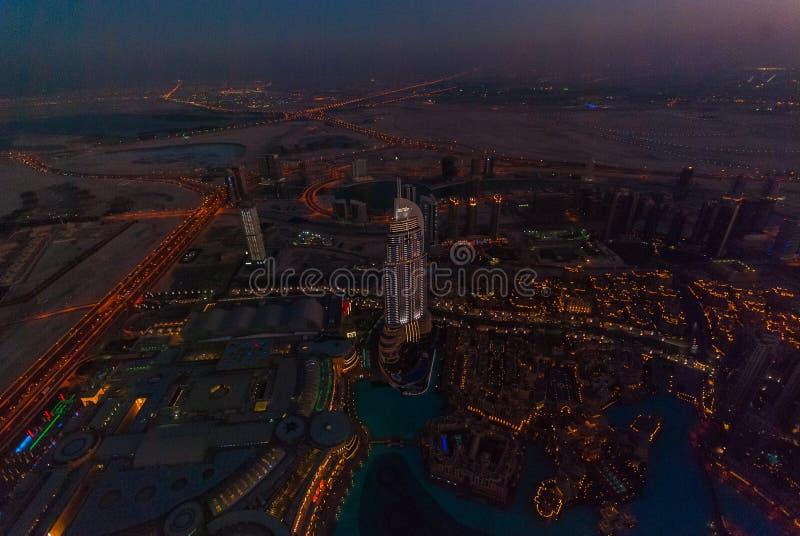 Η διεύθυνση στο κέντρο της πόλης Ντουμπάι τη νύχτα στοκ φωτογραφίες με δικαίωμα ελεύθερης χρήσης
