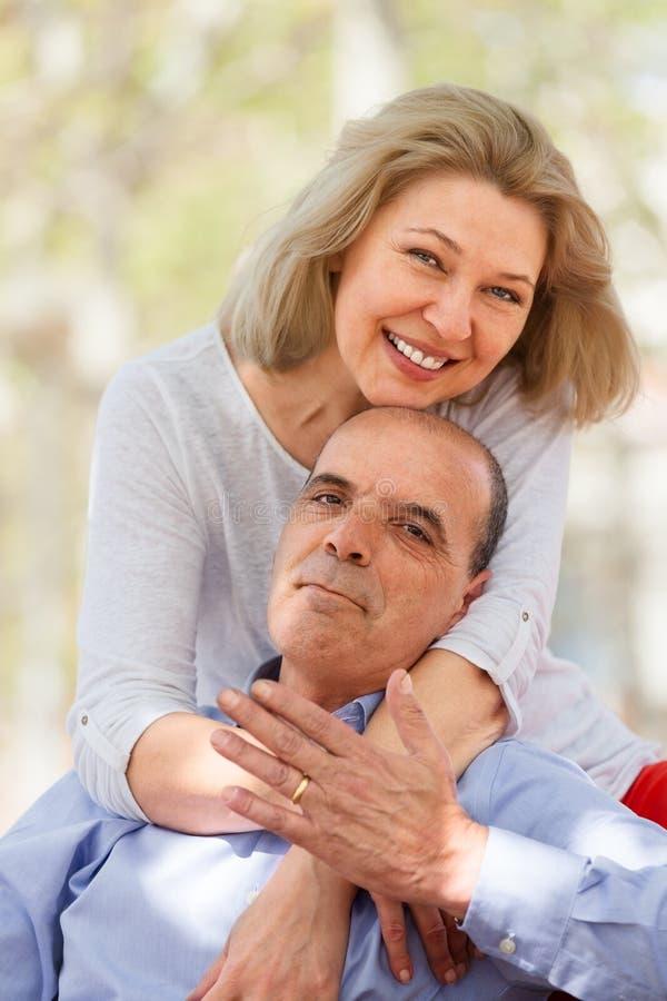 Ηλικίας η Νίκαια ζεύγος που αγκαλιάζει το ένα το άλλο στοκ εικόνα