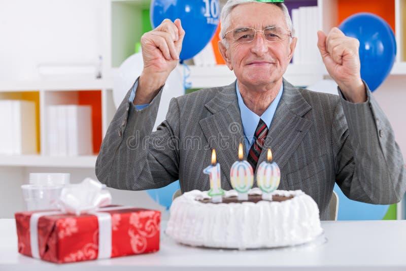 Ηλικιωμένα γενέθλια εορτασμού ατόμων στοκ εικόνες