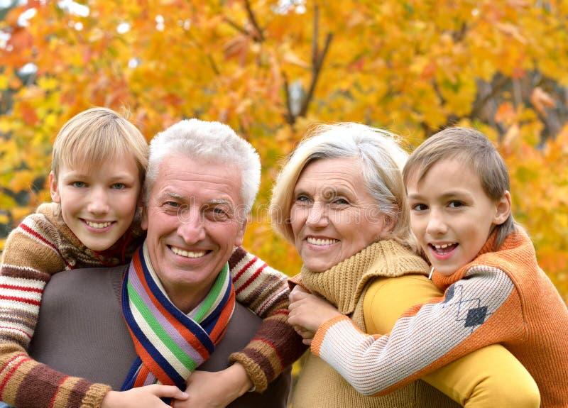 Ηλικιωμένα ζεύγος και εγγόνια στοκ φωτογραφία με δικαίωμα ελεύθερης χρήσης