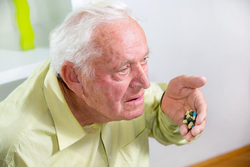 Ηλικιωμένα χάπια κατανάλωσης ατόμων στοκ εικόνα
