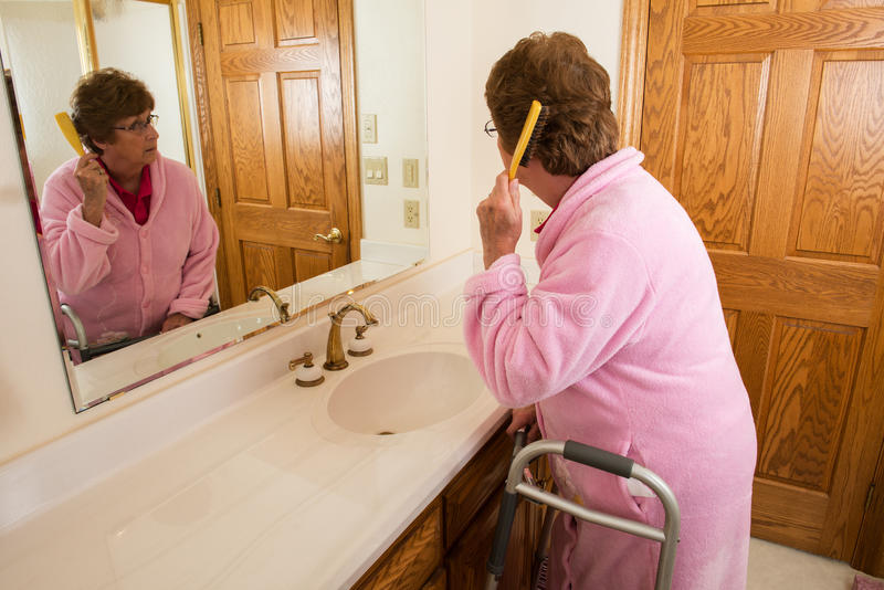 Ηλικιωμένη ανώτερη τρίχα βουρτσίσματος γυναικών στοκ φωτογραφία με δικαίωμα ελεύθερης χρήσης