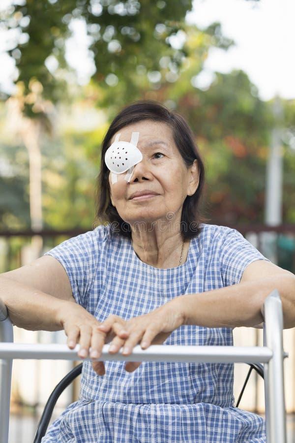 Ηλικιωμένη ασπίδα ματιών χρήσης που καλύπτει μετά από τη χειρουργική επέμβαση καταρρακτών στοκ φωτογραφίες