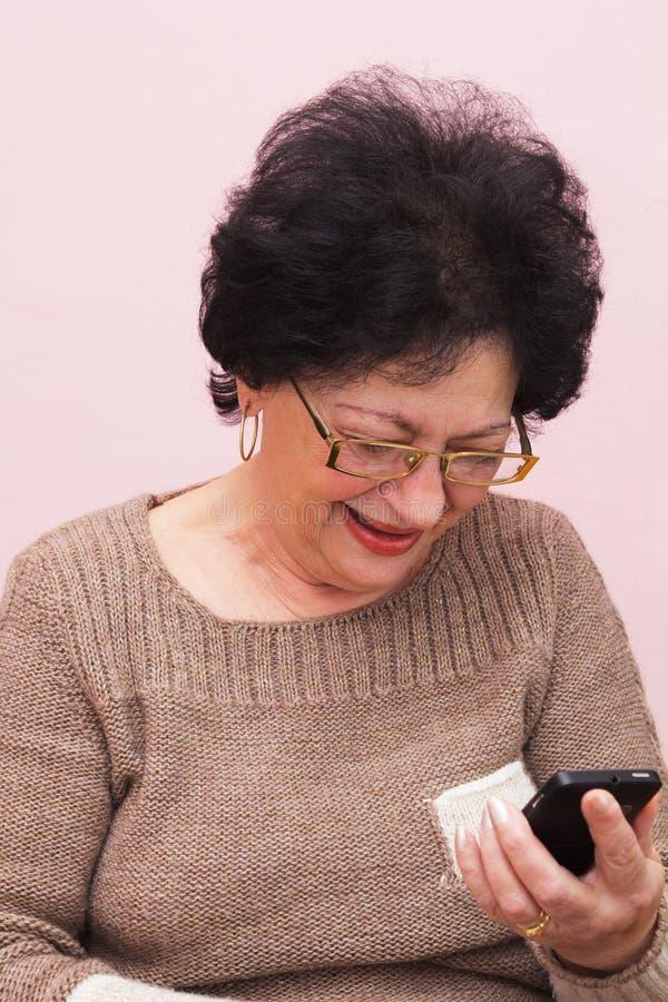 Ηλικιωμένη γυναίκα και έξυπνο τηλέφωνο. στοκ φωτογραφία με δικαίωμα ελεύθερης χρήσης
