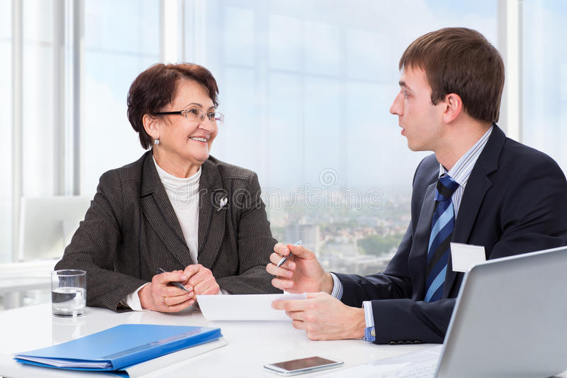 Ηλικιωμένη γυναίκα με έναν οικονομικό σύμβουλο στοκ εικόνες με δικαίωμα ελεύθερης χρήσης